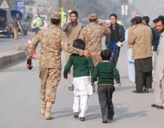 Ya son 141 los muertos por ataque terrorista en Pakistán, 132 eran niños