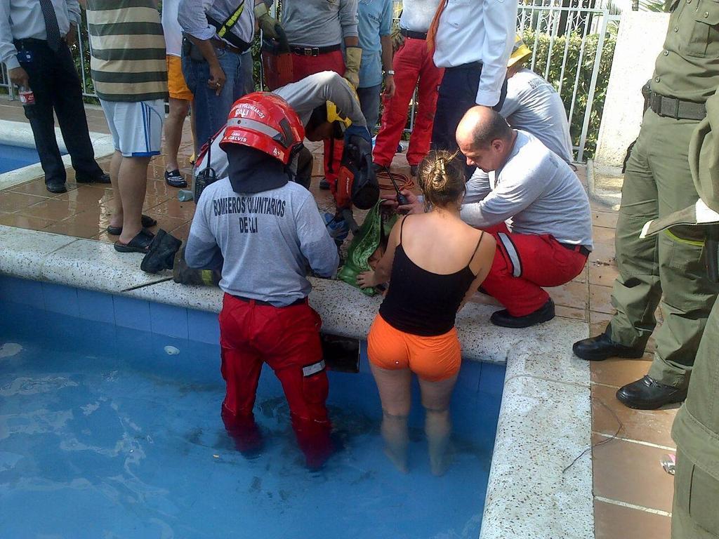 Menor que cayó al ducto de una piscina está fuera de peligro