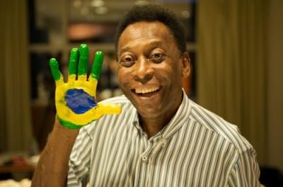 Pelé tocó la guitarra y saludó a sus fans desde el Hospital