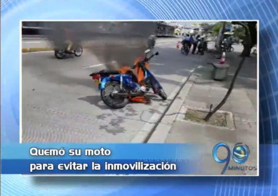 En Cali, un hombre quemó su moto para evitar inmovilización