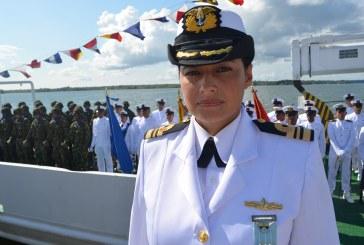 Por 1a. vez una mujer asume mando de batallón de la Armada