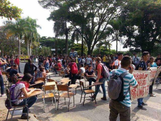 Estudiantes bloquean las clases de la Universidad Nacional de Palmira