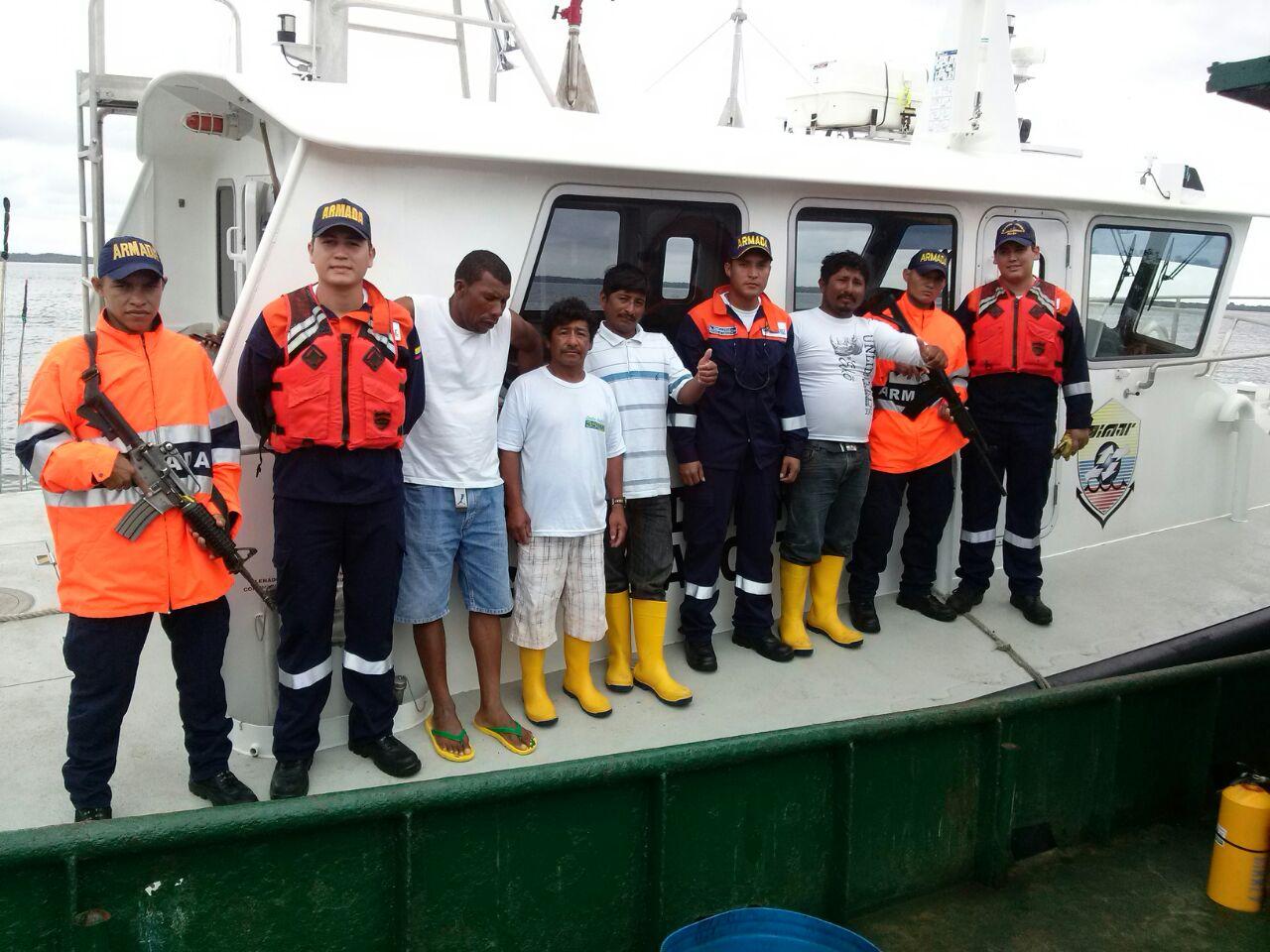 La Armada Nacional rescata a cuatro pescadores ecuatorianos en Puerto de Tumaco