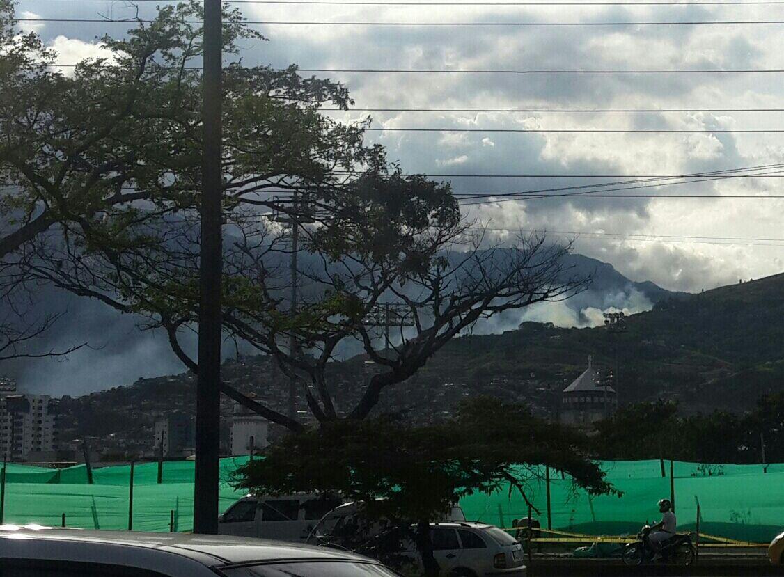 Bomberos atienden incendio forestal en la vía a Cristo Rey