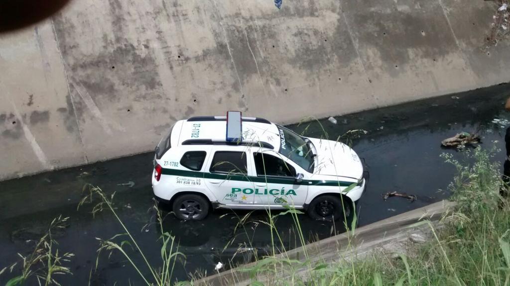Un vehículo de la Policía cayó a un caño en la Calle 26 en el norte de Cali