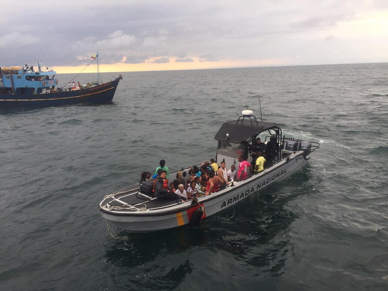 Armada salva pasajeros de lancha incendiada en el Pacífico