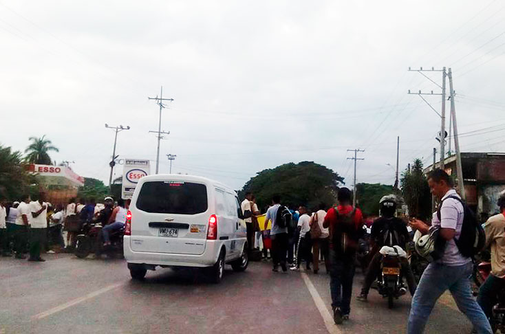 Por falta de profesores bloquearon vía a Candelaria