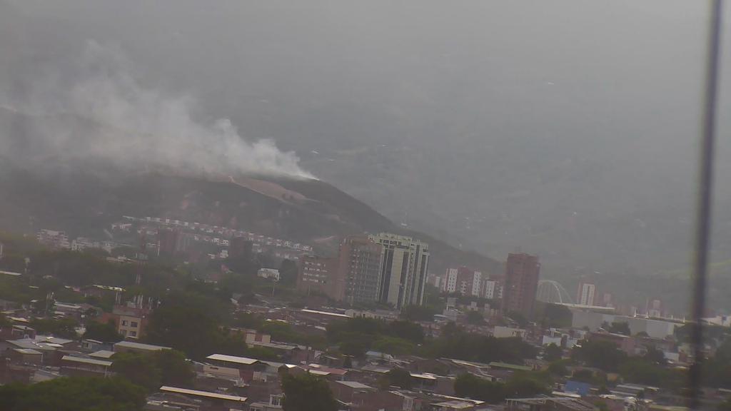 Bomberos de Cali controlaron incendio en cerro de La Bandera
