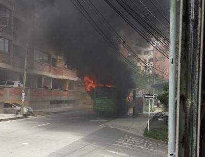 Bus alimentador del Mío se quemó enfrente de la U. Libre