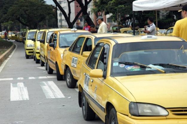 Taxistas irán a paro si el Gobierno no frena la piratería y a Uber