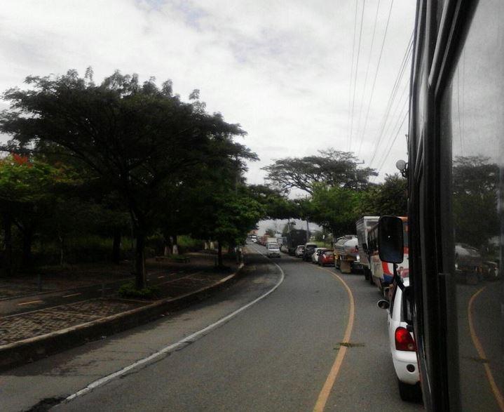 Protestas de estudiantes restringen movilidad en la vía Cali – Candelaria