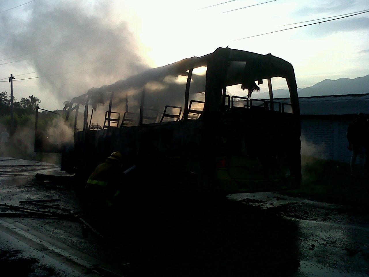 Un bus intermunicipal fue quemado en la vía a Quinamayó