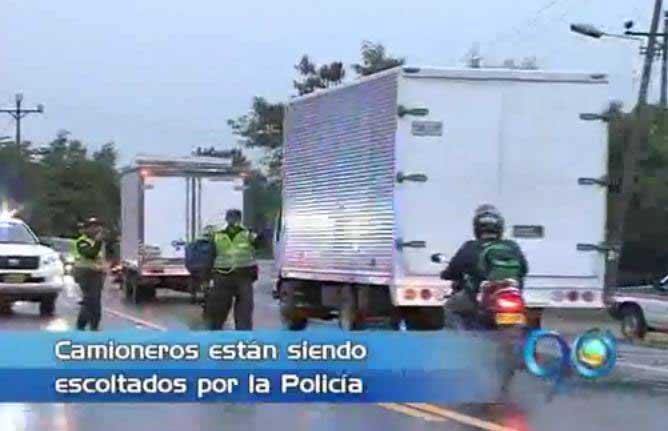 Policía acompañó tractomulas que no se unieron al paro