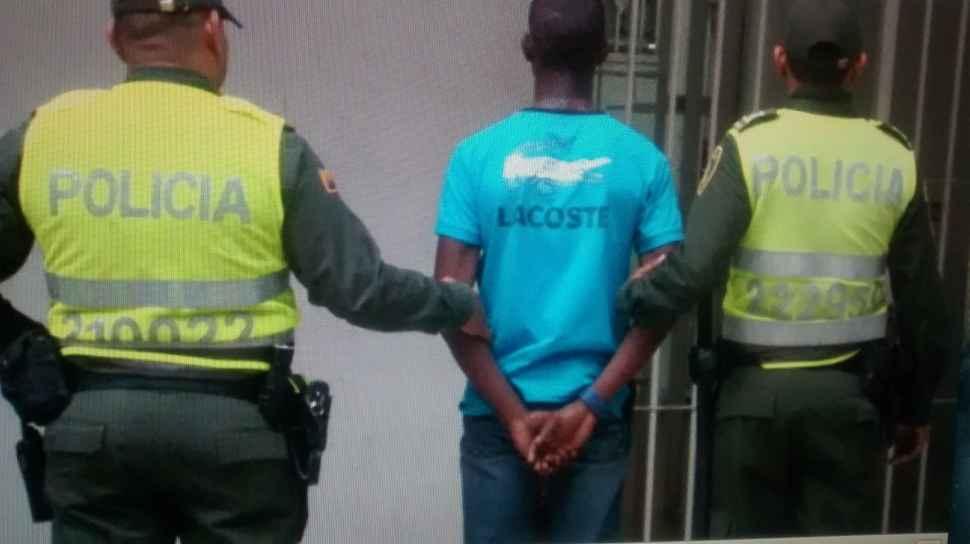 Menor de edad fue detenido cuando hurtaba dinero a un hombre en un banco