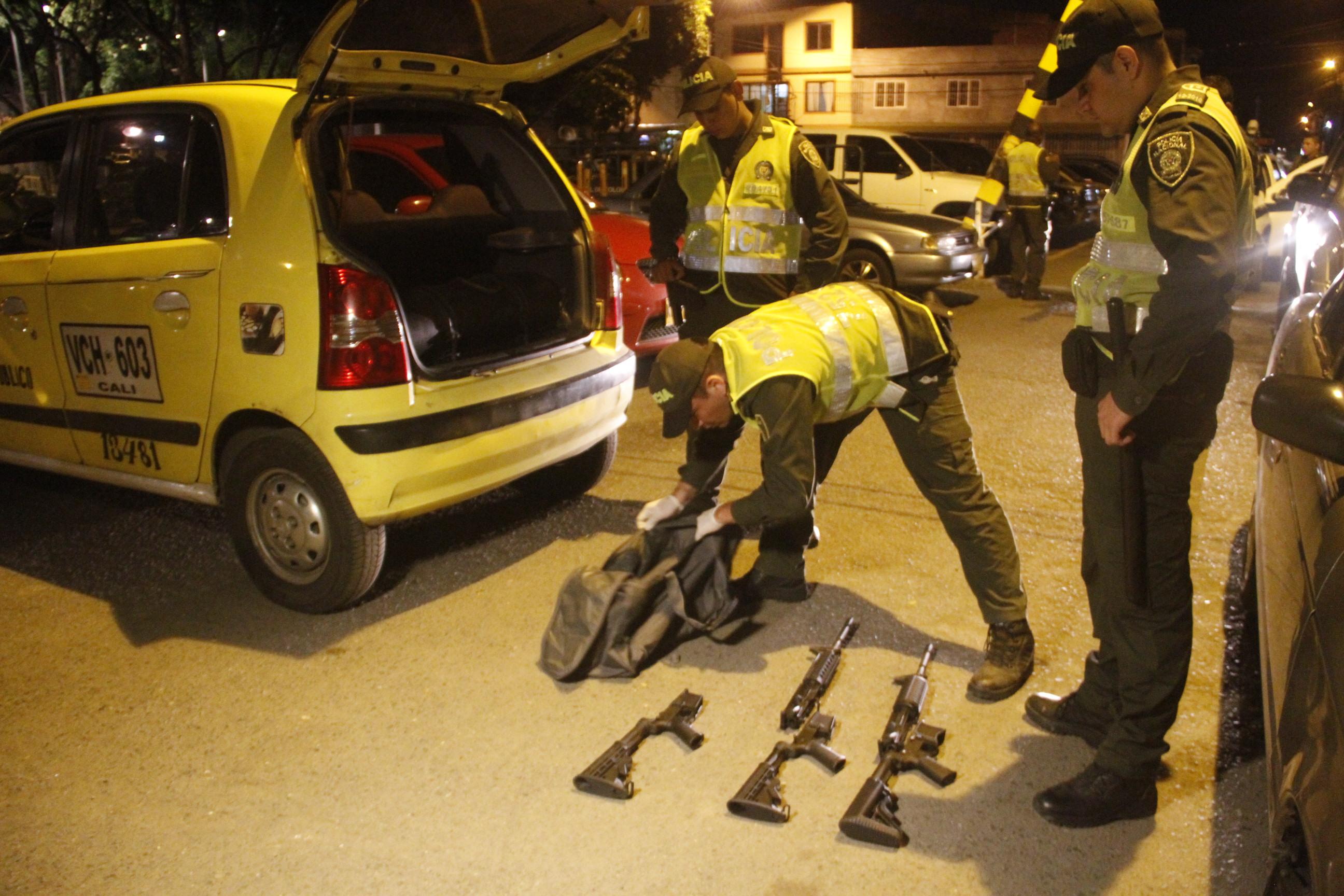 Incautan tres fusiles M4 que eran transportados en un vehículo
