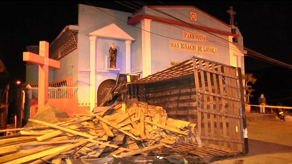 Dos lesionados por choque de camión contra iglesia de Terrón