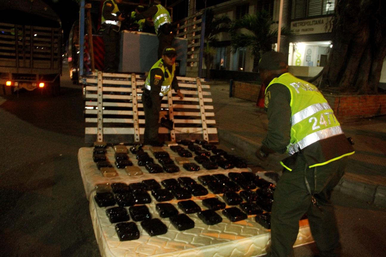 Policía incauta 178 kilos de marihuana en dos camiones de trasteo