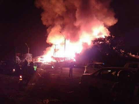 Incendio en Tuluá: un bombero herido y dos fábricas de muebles quemadas