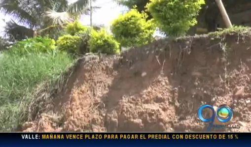 Derrumbe de muro de contención amenaza a 50 viviendas de un barrio de Tuluá