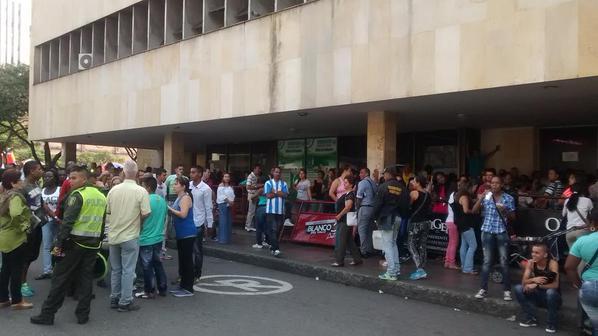 Usuarios de la Oficina de Pasaportes bloqueron el centro de Cali