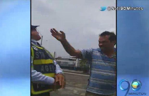 Conductor embriagado agredió a un agente de tránsito