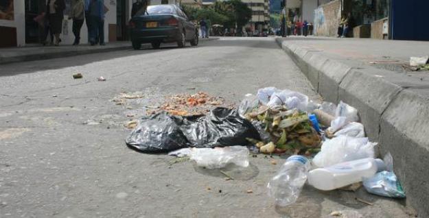 300 caleños recibieron comparendo ambiental por botar basura en vía pública