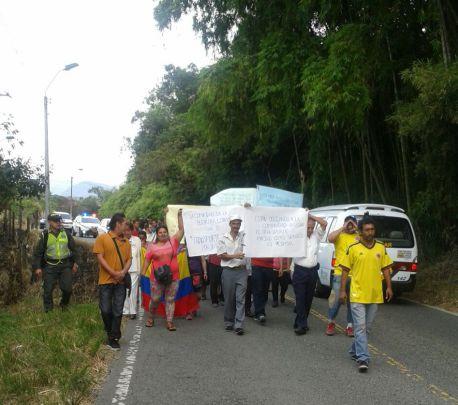 Transportadores informales marchan por la vía La Buitrera, Cali