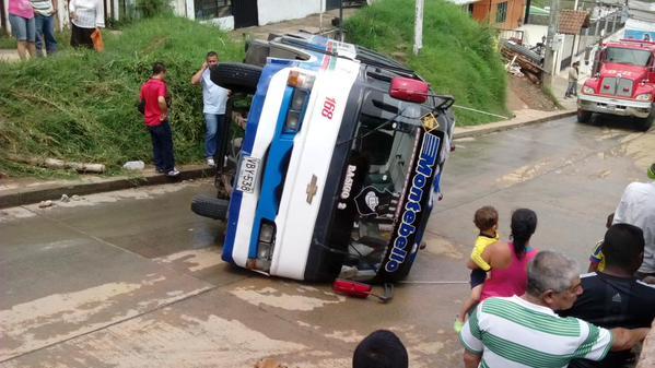 Tres heridos dejó volcamiento de buseta pública