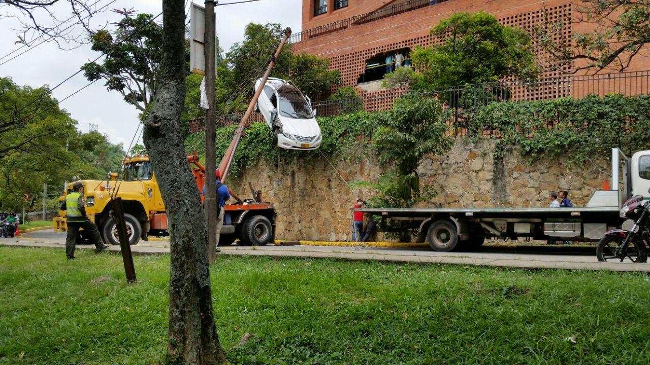 Un carro cayó desde parqueadero en el barrio Bellavista