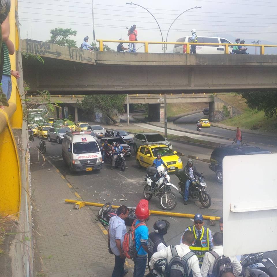 Motociclista ileso tras caerle una baranda de un puente