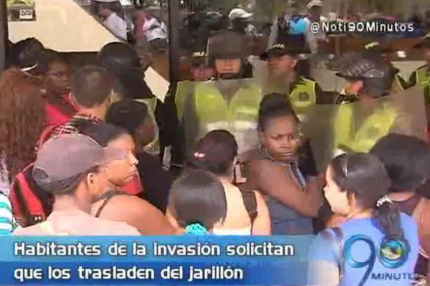 Habitantes de invasión en el jarillón del río Cauca reclaman reubicación