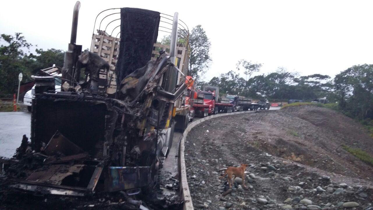 Hombres de las Farc incineraron una tractomula en la vía a Buenaventura
