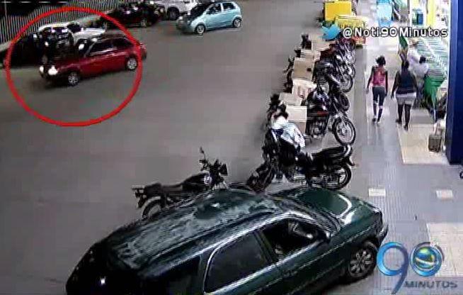 A pesar de haber cámaras, ladrones se llevaron un carro de supermercado