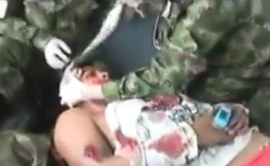 Video: Ejército rescata a dos indígenas víctimas de un campo minado en el Cauca