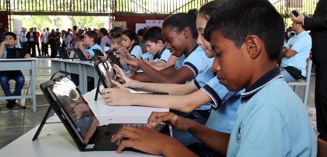 Entregan más de 6 mil tabletas a 19 Instituciones Educativas de la ciudad