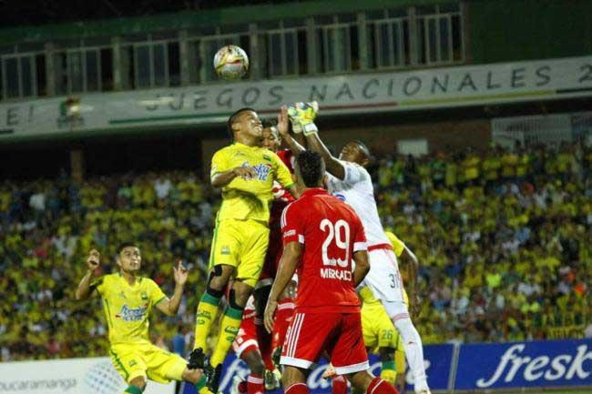 América salió goleado 4-1 en su visita al líder Bucaramanga
