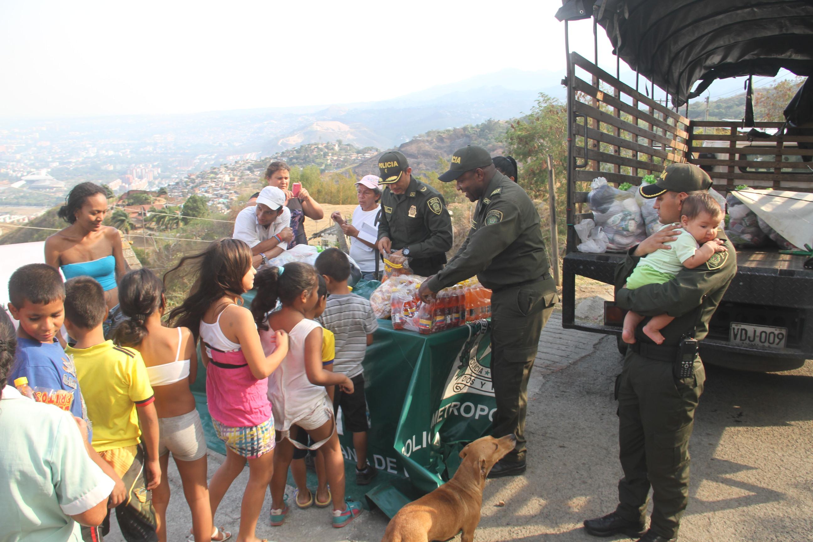 Jornada social de la policía Cali con afectados de incendios forestales