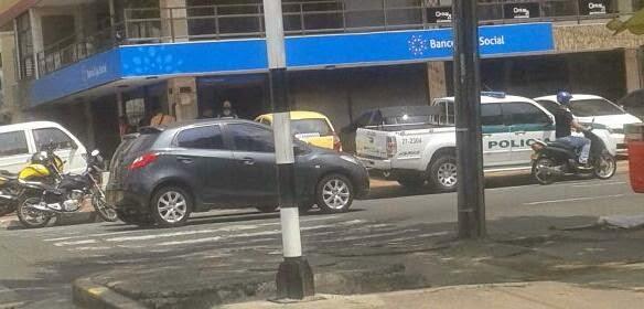 Mujer fue asaltada en el interior de una entidad bancaria