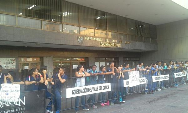 De nuevo estudiantes bloquean ingreso a la Gobernación