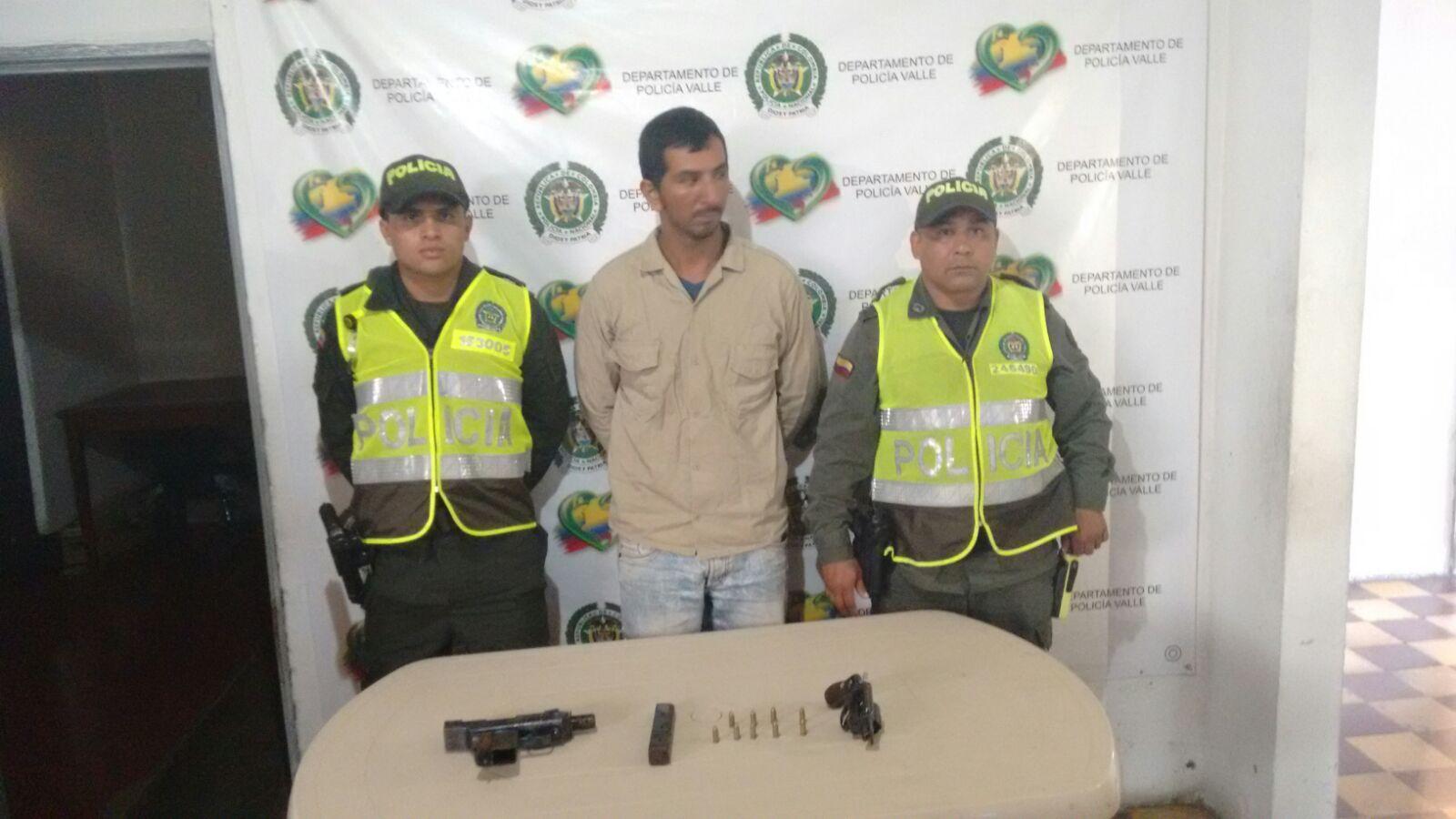 Capturados dos hombres que portaban mini uzi en Buga