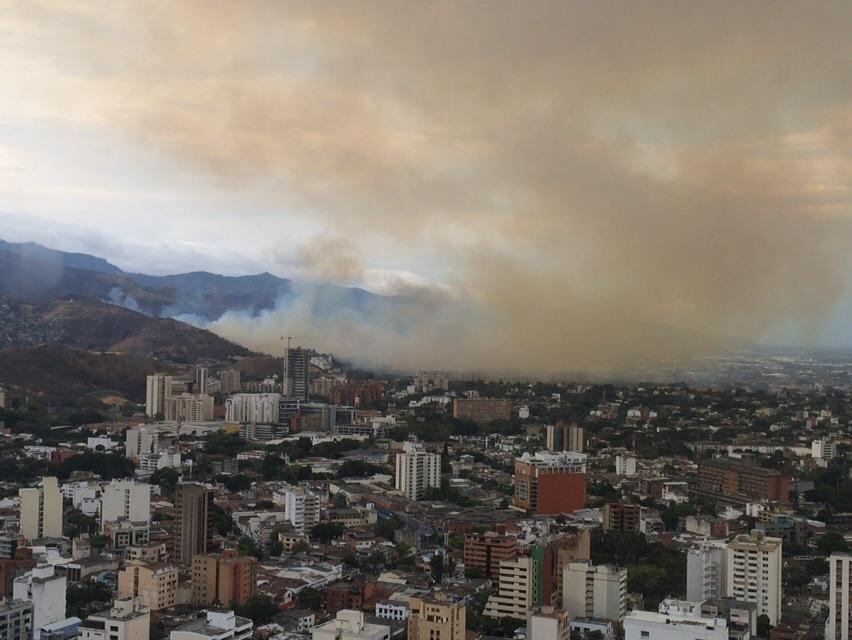 Fuerte incendio se presenta en altos de Menga, el humo ya llegó a la parte baja