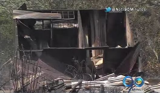 Incendio forestal en ladera arrasó con 15 casas en Brisas de Cristales
