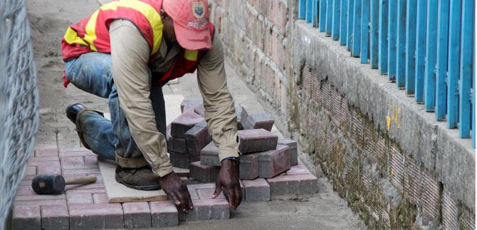 Alcalde inspecciona proyecto de pavimentación con adoquines en la comuna 15