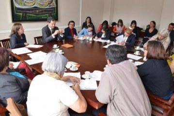 Gobierno expone acuerdo con las FARC a familiares de los desaparecidos