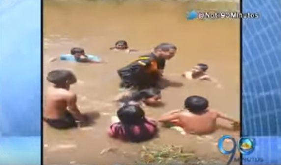 Carabinero salvó a una menor indígena de morir ahogada en Cali