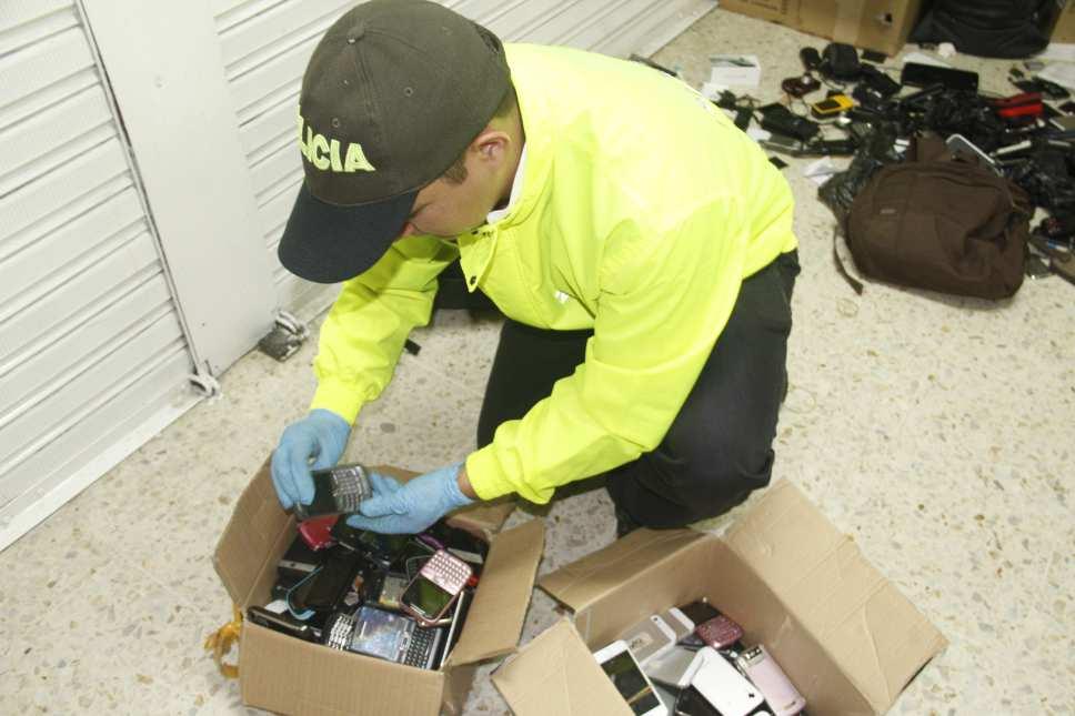 En operativos, la Policía captura dos hombres e incauta 41 celulares en Cali