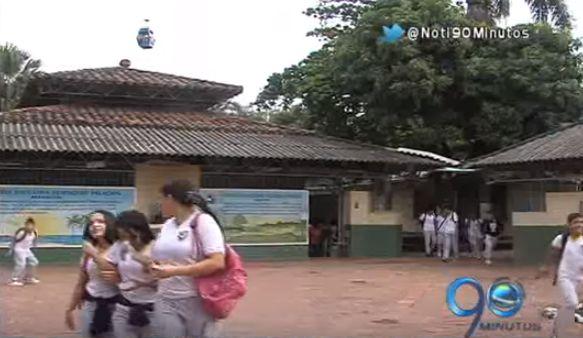Desde cabinas del Míocable arrojan piedras contra techos de colegio