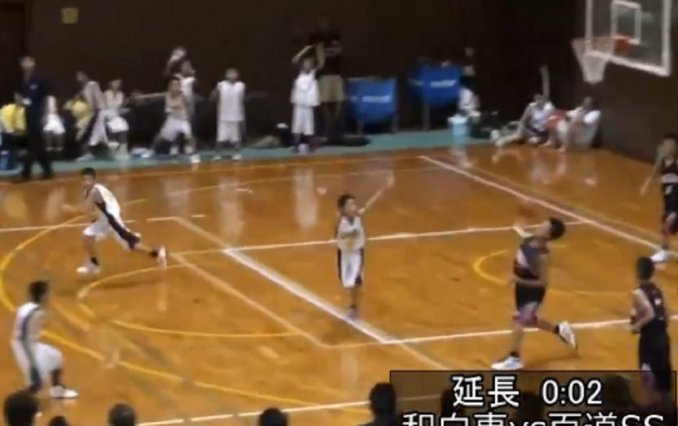 Video: Niño consigue espectaculares tres puntos en partido de baloncesto
