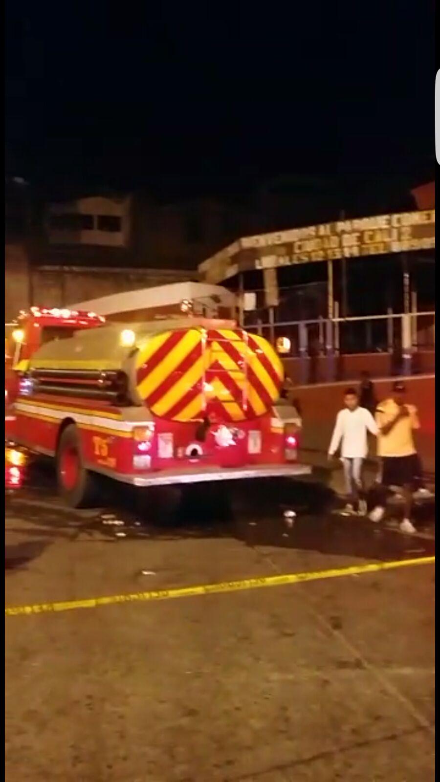 Incendio arrasa con tres locales en centro comercial en Cali