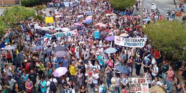 Crisis financiera del HUV lleva a estudiantes a seguir marchando